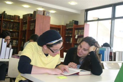 Women study Talmud Midreshet Linenbaum