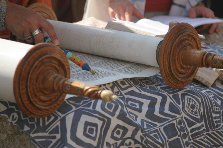 Women of the Wall reading Torah